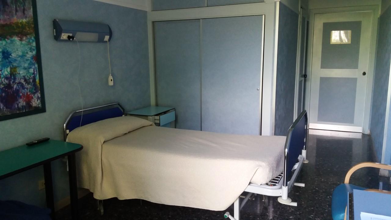 Le camere sono confortevoli e luminose con vista sul giardino for Piani di casa con 5 camere da letto con stanza bonus