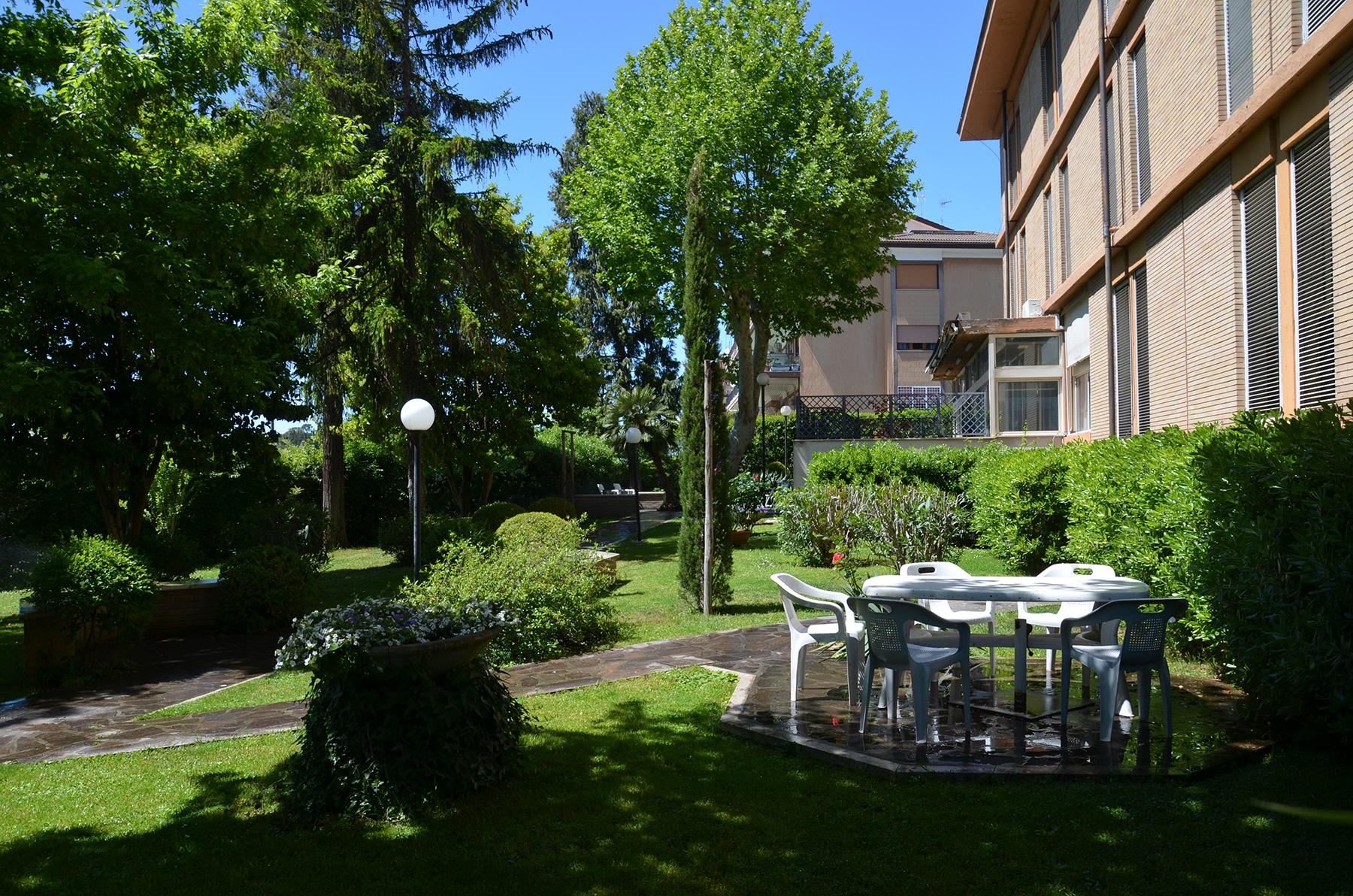 Le camere sono confortevoli e luminose con vista sul giardino for Piani di costruzione triplex